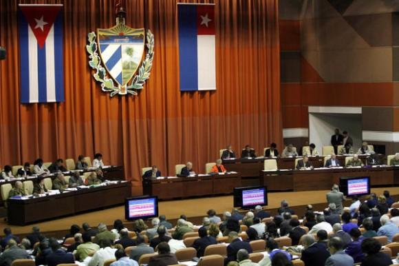 Comenzó sesión plenaria de la Asamblea Nacional del Poder Popular, con la presencia del General de Ejército Raúl Castro Ruz (D), presidente de los Consejos de Estado y de Ministros de Cuba, en el Palacio de Convenciones, en La Habana, el 15 de diciembre de 2010.  AIN    FOTO POOL/Ismael Francisco GONZÁLEZ/PL