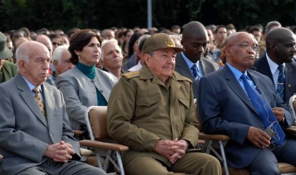 El General de Ejército Raúl Castro (centro), Presidente de los Consejos de Estado y de Ministros, junto a José Ramón Machado Ventura (izq.), Primer Vice Presidente Cubano, y Carlos Jacob Gedleyihlekisa Zuma (der.), presidente de la República de Sudáfrica, presidieron el Acto Nacional por el Aniversario 114 de la caída en combate del General Antonio Maceo y el Aniversario 21 de la operación Tributo, en La Habana, Cuba, el 7 de diciembre de 2010. AIN  FOTO/Oriol De La Cruz ATENCIO/are