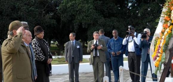 El general de Ejército, Raul Castro Ruz, presidente de los Consejos de Estado y de Ministros, rindió tributo durante el acto Nacional por el Aniversario 114 de la caída en combate del General Antonio Maceo y el Aniversario 21 de la operación Tributo, en el Mausoleo de El Cacahual, en Ciudad de  La Habana, Cuba, el 7 de diciembre de 2010. AIN FOTO/Oriol de la Cruz ATENCIO/are