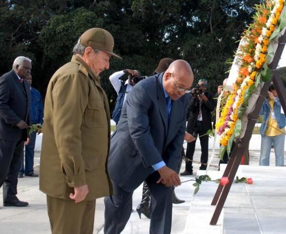 Carlos Jacob Gedleyihlekisa Zuma (2do plano), presidente de la República de Sudáfrica, rindió tributo durante el acto Nacional por el Aniversario 114 de la caída en combate del General Antonio Maceo y el Aniversario 21 de la operación Tributo, en el Mausoleo de El Cacahual, en Ciudad de  La Habana, Cuba, el 7 de diciembre de 2010. AIN FOTO/Oriol de la Cruz ATENCIO/are