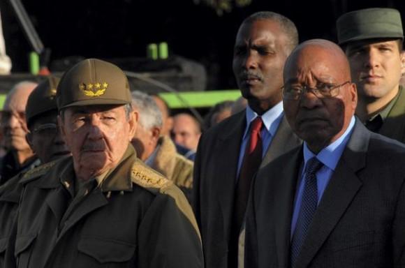El General de Ejército Raúl Castro ( I), Presidente de los Consejos de Estado y de Ministros,  y Carlos Jacob Gedleyihlekisa Zuma (D), presidente de la República de Sudáfrica, presidieron el Acto Nacional por el Aniversario 114 de la caída en combate del General Antonio Maceo y el Aniversario 21 de la operación Tributo, en el Mausoleo de El Cacahual, en Ciudad de  La Habana, Cuba, el 7 de diciembre de 2010. AIN FOTO/Oriol de la Cruz ATENCIO/are