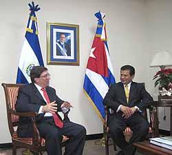 Los Cancilleres de Cuba y El Salvador reunidos durante la actual visita al país centroamericano del jefe de la diplomacia cubana