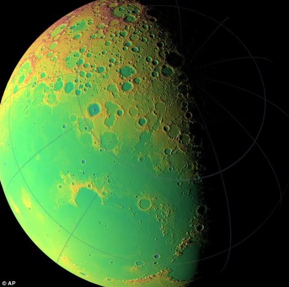 Los conceptos brillantes, verde iridiscente, en la foto, muestra la topografía de distintos hemisferios de la luna.