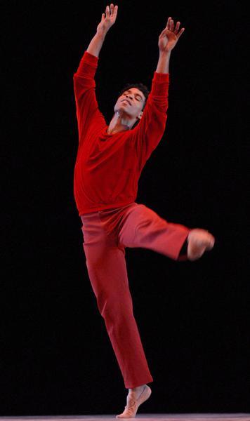 """Carlos Acosta durante su presentación en el Gran Teatro de La Habana,  el 30 de noviembre de 2010, como parte de su Gira Nacional """"Carlos Acosta y sus invitados"""" por cinco provincias del país. AIN FOTO/ Sergio ABEL REYES/"""