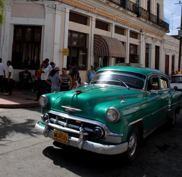 Modelos de vehículos antiguos, de tránsito por la ciudad de
