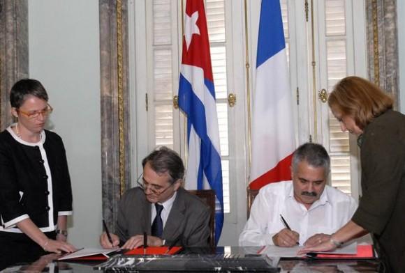 Dagoberto Rodríguez (D), viceministro de Relaciones Exteriores de Cuba y Jean Mendelson (I), embajador de la República Francesa en Cuba, durante la firma de la Declaración sobre la Reanudación de la Cooperación entre la Republica de Cuba y la de Francia, La Habana, Cuba, el 30 de noviembre de 2010. AIN FOTO/Sergio ABEL REYES/are
