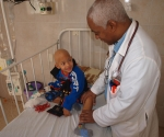 Atendiendo a un niño en el Instituto de Oncología en La Habana. Foto: Archivo.