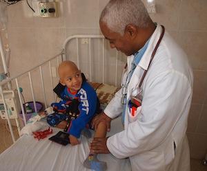 Médico en la sala de oncología infantil en La Habana. Foto: Guillermo Nova