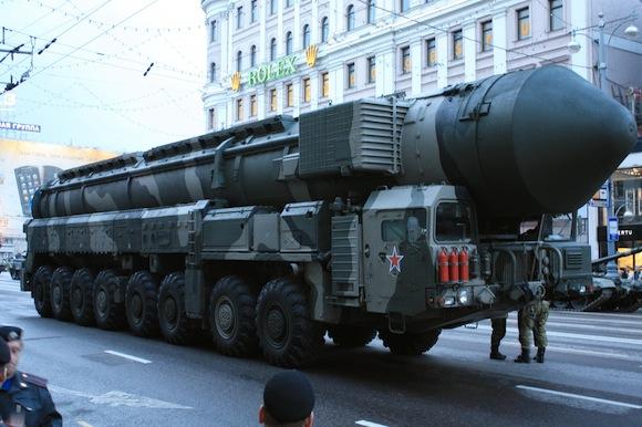 Camión lanzador MZKT-79221 del ICBM ruso RT-2PM2 Tópol-M, durante el Desfile de la Victoria de 2010. (Nueva ventana o pestaña para ampliar)