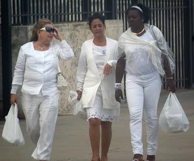"""""""Damas de Blanco"""" saliendo de la sede diplomática norteamericana en La Habana el viernes 3 de diciembre de 2010  con materiales de propaganda entregados allí Foto tomada del Blog """"Cambios en Cuba"""""""