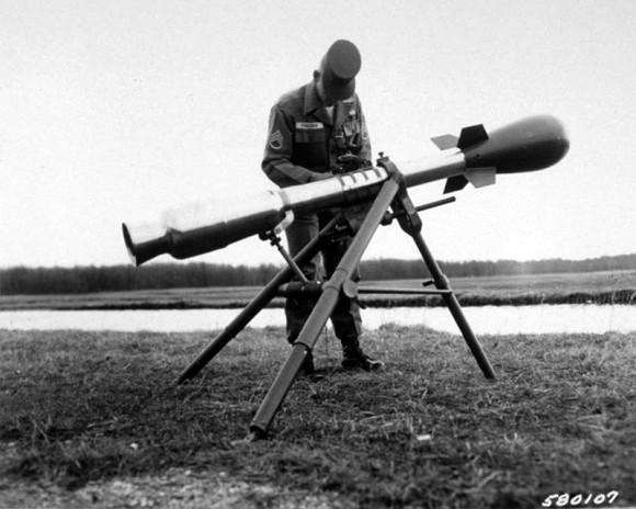 """Cohete nuclear estadounidense M388 Davy Crockett, con su lanzador. Contenía la cabeza nuclear W54, una de las más pequeñas que se han creado, usada también en la carga de demolición nuclear SADM (la """"bomba en una maleta""""). Con una potencia máxima de 20 tones, menos de la milésima parte que Nagasaki, se consideraba poco más que un arma radiológica. Algunas cabezas posteriores de tamaño similar elevaron la potencia a 0,6 kilotones. Existe el temor de que este tipo de armas miniaturizadas puedan caer en manos de grupos terroristas clandestinos."""