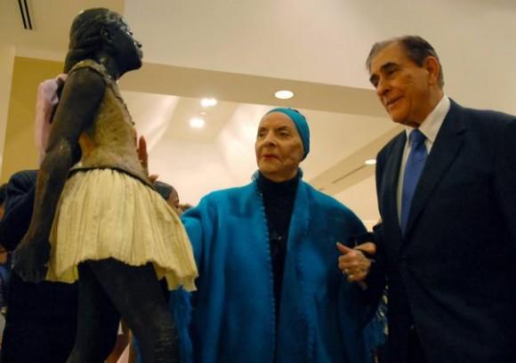Alicia Alonso (C), prima ballerina assoluta y directora general del Ballet Nacional de Cuba observa la escultura de la mítica Pequeña bailarina de 14 años (I) a la cual se le coloco una cinta de raso en la coleta durante la inauguración de la exposición que muestra la colección completa de 74 esculturas de Edgar Degas en el Museo Nacional de Bellas Artes de Cuba La Habana, el 17 de diciembre de 2010. AIN FOTO/Sergio ABEL REYES