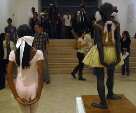 Inauguración de la exposición que muestra la colección completa de 74 esculturas de Edgar Degas en el Museo Nacional de Bellas Artes de Cuba, en la foto la escultura de la mítica Pequeña bailarina de 14 años (D) a la cual se le coloco una cinta de raso en la coleta, La Habana, el 17 de diciembre de 2010. AIN FOTO/Sergio ABEL REYES