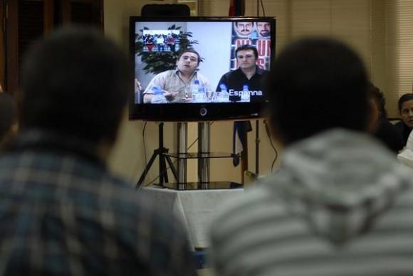 En la pantalla: Javier Couzo ( izq.), hermano del camarógrafo español asesinado en Iraq, junto a José Manzaneda (der.), Director de la publicación digital Cuba Información, desde Madrid, participan en la Video Conferencia Cuba-España sobre los Derechos Humanos, el 10 de diciembre de 2010.   AIN  FOTO/Omara GARCIA MEDEROS/are