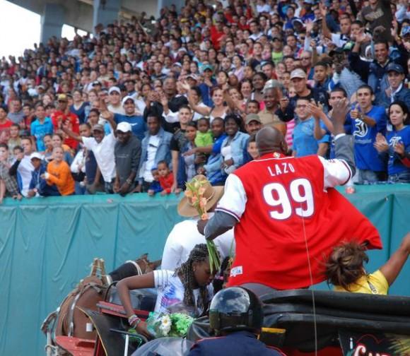 Pedro Luís Lazo acomodado en un quitrín, con su emblemática camiseta con el número 99, se despide de su público en la ceremonia de su retiro oficial del béisbol activo, efectuada en el estadio Capitán San Luís de la ciudad de Pinar del Río, el 26 de diciembre de 2010. AIN FOTO/Abel PADRON PADILLA