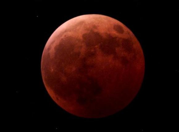 En esta fotografía tomada el 9 de enero del 2001 en Kiel, Alemania, se ve a la luna cubierta totalmente por la sombra de la Tierra. El martes 21 de diciembre del 2010, el primer día del invierno boreal, habrá un eclipse lunar cuya fase de totalidad durará 72 minutos. El último eclipse lunar total que ocurrió en el solsticio invernal fue el 21 de diciembre de 1638, y el siguiente será el 21 de diciembre del 2094. (Foto AP/Heribert Proepper/Archivo)