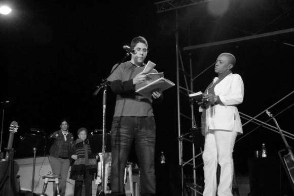 Entrega simbólica de una colección de libros para la Comunidad 6to Congreso durante el concierto de Silvio Rodríguez.  Foto Iván Soca