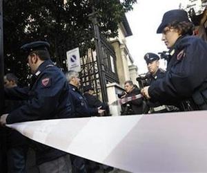 La policía llega a la embajada de Chile en Roma. dic 23 2010. Una explosión sacudió la sede de la embajada chilena en Roma, dijo el jueves la policía, sin dar más detalles.  Foto: REUTERS/Alessandro Bianchi