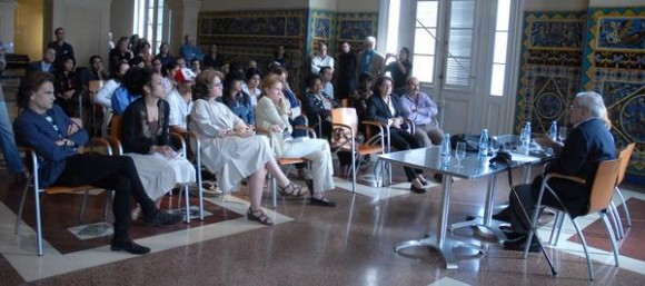 Alex Rosemberg (D), tasador estadounidense de obras de arte durante una conferencia de prensa previa a la inauguración de la exposición  que muestra la colección completa de 74 esculturas de Edgar Degas en el Museo Nacional de Bellas Artes de Cuba La Habana, el 17 de diciembre de 2010. AIN FOTO/Sergio ABEL REYES