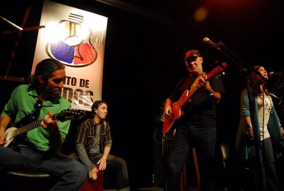 Vicente Feliú en concierto junto a su familia. Foto: Iván Soca