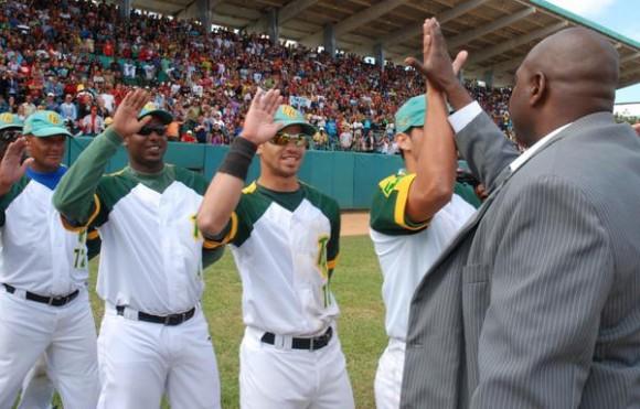 Pedro Luís Lazo es felicitado por sus compañeros de equipo durante su retiro oficial del béisbol cubano, en ceremonia  efectuada en el estadio Capitán San Luís de la ciudad de Pinar del Río, el 26 de diciembre de 2010. AIN FOTO/Abel PADRON PADILLA/
