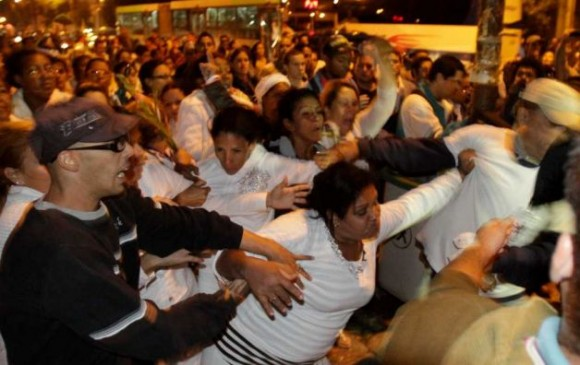 """Foto de la agencia AP que muestra a las """"Damas de blanco"""" agrediendo a la multitud."""