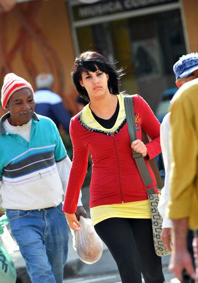 Cubanos visten ropa de invierno hoy, martes 14 de diciembre de 2010, en La Habana, ante la llegada del sexto frente frío de la temporada invernal, al que sigue una masa de aire de origen ártico que mantendrá bajas las temperaturas en la isla. EFE/Alejandro Ernesto