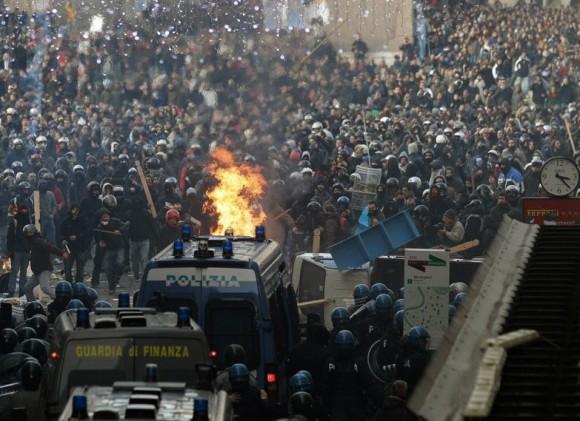 Policías y manifestantes se enfrentan en la Piazza del Popolo de Roma, durante las protestas contra Berlusconi. Foto: AP