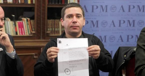 Javier Couso muestra hoy un documento sobre una comisión rogatoria que se tiene que desplazar a Irak para completar la investigación sobre la muerte de su hermano, José Couso.