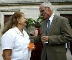 """Michael Parmly conversa en su residencia en La Habana con Laura Pollan, una de las """"Damas de blanco"""", grupo que recibe financiamiento del gobierno de los Estados Unidos. Foto: AP"""