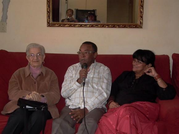 Adalberto Álvarez dio a conocer el Premio Nacional de Música 2010 acompañado de los miembros del jurado. En este foto le acompañan María Teresa Linares y Digna Guerra