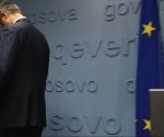 El primer ministro de Kosovo, Hashi Thaçi, abandona el estrado tras comparecer ante los medios en una rueda de prensa celebrada en Pristina. Foto: Reuters