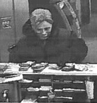 Ladrón con máscara de Hillary Clinton. Foto: Cámara de Seguridad del Banco Wachovia.