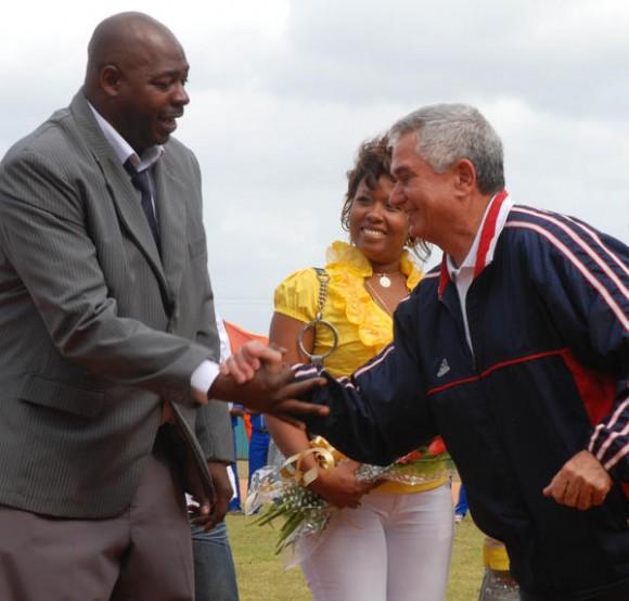 Higinio Vélez, (D), presidente de la Comisión Nacional de Béisbol, felicita a Pedro Luís Lazo (I) durante su retiro oficial, en el estadio Capitán San Luís de la ciudad de Pinar del Río el 26 de diciembre de 2010. AIN FOTO/Abel PADRON PADILLA/sdl