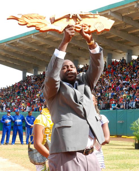 Pedro Luís Lazo en su ceremonia de despedida oficial del béisbol activo, efectuada en el estadio Capitán San Luís de la ciudad de Pinar del Río, el 26 de diciembre de 2010. AIN FOTO/Abel PADRON PADILLA/