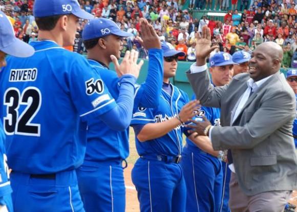 El pelotero Pedro Luís Lazo (D)  es felicitado por el equipo de Industriales durante su retiro oficial en el estadio Capitán San Luís, en Pinar del Río, el  26 de diciembre de 2010. AIN FOTO/Abel PADRON PADILLA/