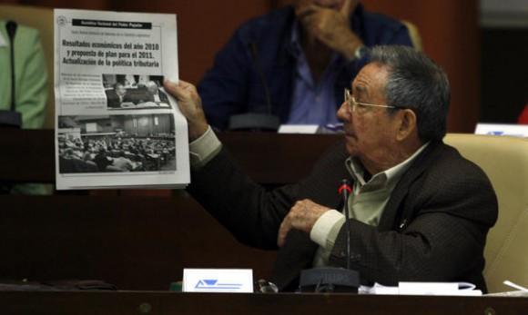 El General de Ejército Raúl Castro Ruz , presidente de los Consejos de Estado y de Ministros de Cuba,  el segundo día de sesiones del parlamento cubano, en el Palacio de Convenciones, en La Habana, el 16 de diciembre de 2010.  AIN FOTO POOL/Ismael Francisco GONZÁLEZ/PL/