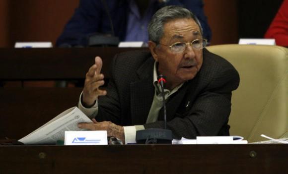 El General de Ejército Raúl Castro Ruz, presidente de los Consejos de Estado y de Ministros de Cuba, el segundo día de sesiones del parlamento cubano, en el Palacio de Convenciones, en La Habana, el 16 de diciembre de 2010, donde se debaten los Lineamientos de la Política Económica y Social de la Revolución.  AIN FOTO POOL/Ismael Francisco GONZÁLEZ