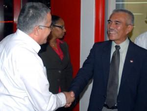 """Dagoberto Rodríguez (I), viceministro de Relaciones Exteriores de Cuba, recibió a Anote Tong (D), presidente de la República de Kiribati, en el aeropuerto internacional """"José Marti"""", en Ciudad de La Habana, el 11 de diciembre de 2010. AIN FOTO/Marcelino VAZQUEZ HERNANDEZ/"""