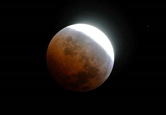 Eclipse lunar, madrugada del 21 de diciembre de 2010. Foto: Reuters