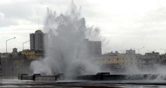 Inicio de inundaciones costeras, en el litoral norte de Ciudad de La Habana, el 13 de diciembre de 2010 AIN FOTO/Marcelino VAZQUEZ HERNANDEZ/are
