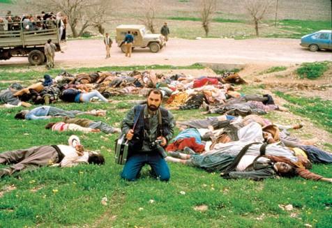 El último gran ataque químico contra civiles fue perpetrado por las fuerzas iraquíes contra la población kurda de Halabja, el 16 de marzo de 1988, en el contexto de la guerra Irán-Iraq. Aunque en un principio se intentó echar la culpa a Irán, finalmente quedó determinado que había sido realizado por el Iraq de Saddam Hussein, entonces aliado de Occidente. Para la masacre, que causó 15.000 víctimas, se usó tecnología química estadounidense, alemana y de otros países. En la foto, un periodista iraní documenta la matanza.