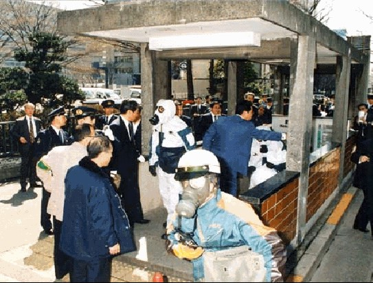 Los equipos de emergencia acuden al atentado con gas sarín contra el metro de Tokio, perpetrado por la secta apocalíptica Aum Shinrikyō el 20 de marzo de 1995. Es el ataque terrorista con armas no convencionales más grave de la historia: causó 13 muertes y unas mil personas resultaron afectadas en distintos grados.
