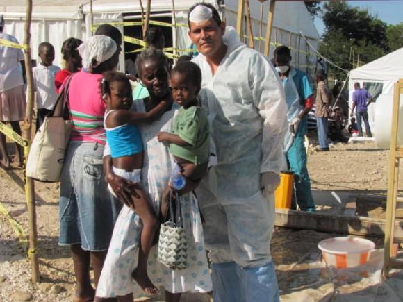 Médico cubano con pacientes de cólera ya recuperados.