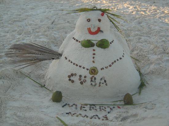 """Por supuesto este muñeco de """"nieve"""" está hecho con arena de Varadero, la más blanca del mundo."""