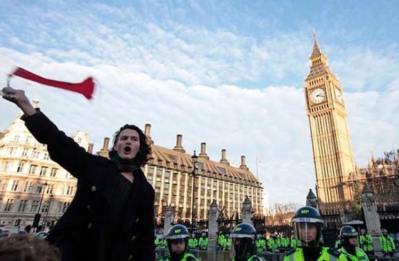 Charlie Gilmour, hijo del guitarrista de Pink Floyd David Gilmour, manifestó contra los planes del gobierno británico de triplicar las matrículas universitarias (AP Foto/Lefteris Pitarakis)