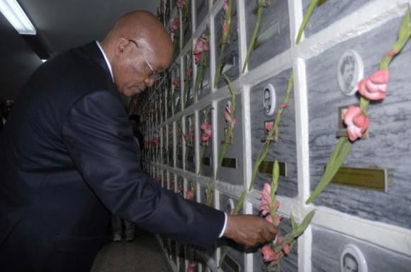 Jacob Gedleyihlekisa Zuma, Presidente de la República de Sudáfrica, rinde tributo a lo caídos en combate por la liberación de África, en el Cementerio de Colón, en La Habana, Cuba, el 5 de diciembre de 2010.   AIN FOTO/Omara GARCIA MEDEROS/are