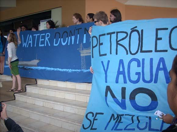 Protestas contra la petrolera BP en Cancún.