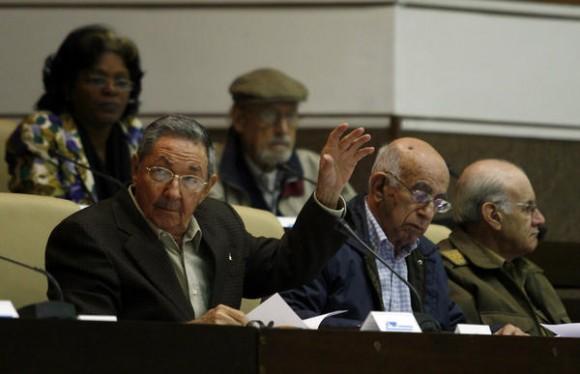 Asiste el General de Ejército Raúl Castro Ruz, presidente de los Consejos de Estado y de Ministros de Cuba,,  a la sesión plenaria de la Asamblea Nacional del Poder Popular, en el Palacio de Convenciones, en La Habana, el 15 de diciembre de 2010, donde se comenzó el análisis de los resultados económicos del 2010.  A su lado José Ramón Machado Ventura, primer vicepresidente cubano, y  Jaime Colomé Ibarra, ministro del Interior (MININT).  AIN    FOTO POOL/Ismael Francisco GONZÁLEZ/PL/
