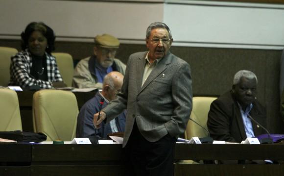 El General de Ejército Raúl Castro Ruz, presidente de los Consejos de Estado y de Ministros de Cuba, durante los debates del Proyecto de Lineamientos de la Política Económica y Social del Partido y la Revolución, el tercer día de sesiones del Sexto Periodo de la VII legislatura de la Asamblea Nacional del Poder Popular, en el Palacio de Convenciones, en La Habana, el 17 de diciembre de 2010. AIN FOTO POOL/Ismael Francisco GONZÁLEZ/PL
